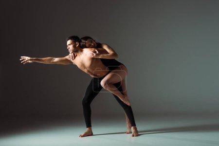 Photo pour Danseurs sexy danse contemporaine sur fond sombre avec espace de copie - image libre de droit