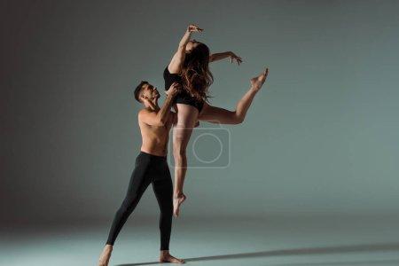 danseurs sexy dansant contemporain sur fond sombre avec espace de copie
