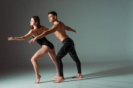 Photo pour Danseurs sexy dansant contemporain sur fond sombre avec espace de copie - image libre de droit