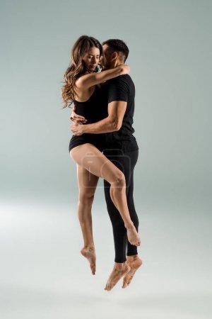 Photo pour Danseurs sexy danse contemporaine et se blottit sur fond gris - image libre de droit