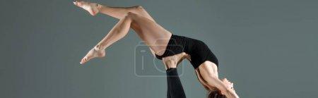 Foto de Foto panorámica de los bailarines bailando contemporáneo aislado en gris - Imagen libre de derechos