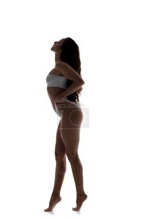 Photo pour Silhouette de belle sensuelle en sous-vêtements blancs, isolée sur blanc - image libre de droit