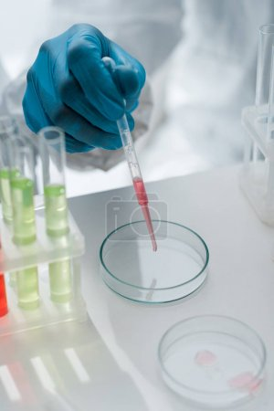 Photo pour Cropping view of scientist in latex glove doing dna test in lab - image libre de droit