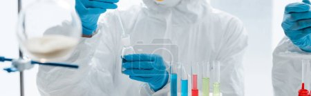 Photo pour Photo panoramique de scientifiques portant des gants de latex en train de tester leur dna en laboratoire - image libre de droit