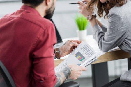Photo pour Vue en coupe des directeurs de comptes faisant de la paperasserie au bureau - image libre de droit