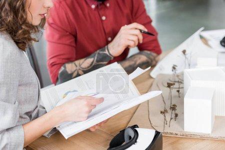 Photo pour Crochet vue des architectes en réalité virtuelle faisant de la paperasserie - image libre de droit