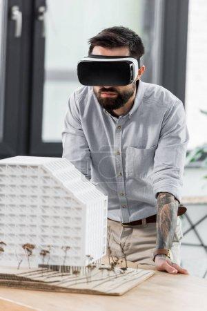 Foto de Arquitecto de realidad virtual en la realidad virtual auriculares mirando el modelo de casa. - Imagen libre de derechos