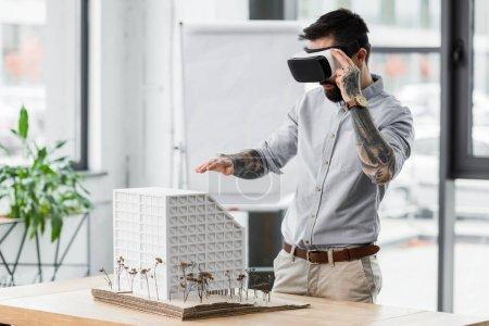 Photo pour Architecte de réalité virtuelle en réalité virtuelle casque regardant le modèle de maison - image libre de droit