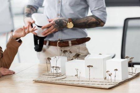 Photo pour Foyer sélectif du modèle de maison et des architectes de réalité virtuelle sur fond - image libre de droit
