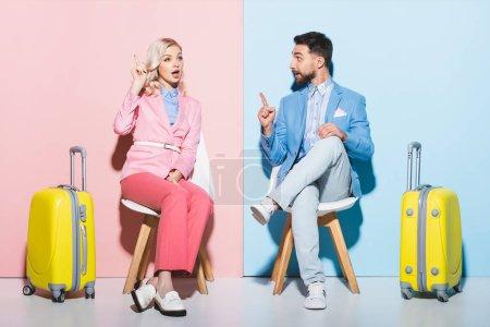 Photo pour Femme choquée et bel homme montrant geste idée sur fond rose et bleu - image libre de droit