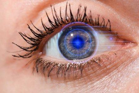 Photo pour Scintillante vue d'une jeune femme aux yeux gris regardant la caméra, concept de sécurité Internet - image libre de droit