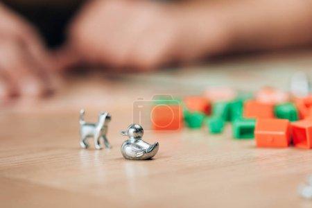 Photo pour KYIV, UKRAINE - 15 NOVEMBRE 2019 : Mise au point sélective de figures de jeu de monopole sur table en bois - image libre de droit