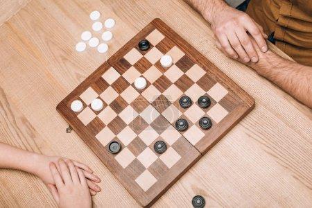 Foto de Vista de gran angular de las fichas de hombre y mujer en la mesa de madera. - Imagen libre de derechos