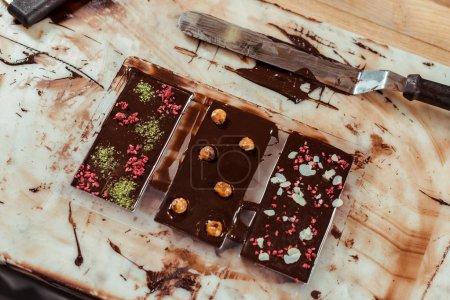 Photo pour Top vue des tablettes de chocolat sucré aux saveurs différentes - image libre de droit