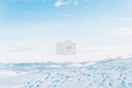 Photo pour Vue panoramique d'une montagne enneigée avec des traces et un ciel bleu pur - image libre de droit