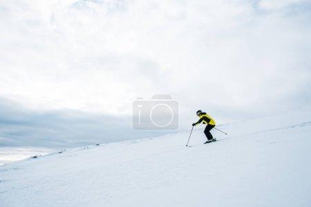 Photo pour Sportif en casque ski en hiver - image libre de droit