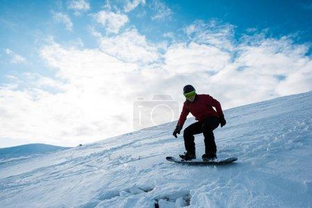 Photo pour Athlétisme planche à neige en pente contre ciel bleu en hiver - image libre de droit
