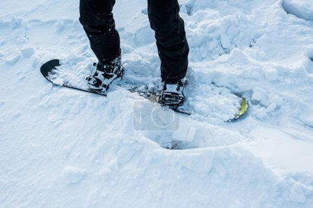 Photo pour Crochet de la planche à neige sur la neige blanche en hiver - image libre de droit