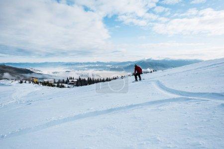 Foto de Snowboarder montando en pendiente con nieve blanca en invierno. - Imagen libre de derechos