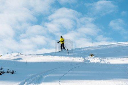 Photo pour Neige blanche près de ski sportif en hiver - image libre de droit