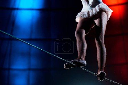 Photo pour Vue à faible angle de l'acrobate aérien marchant sur corde - image libre de droit