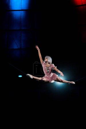 Photo pour Acrobate aérien artistique faisant des éclats lors d'un spectacle de cirque - image libre de droit