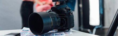 Photo pour Photo panoramique de l'appareil photo numérique noir sur la table - image libre de droit