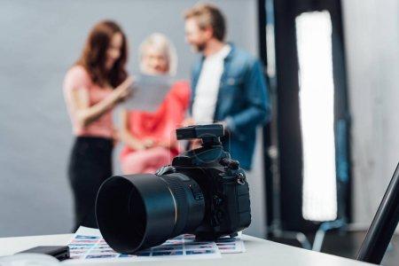 Photo pour Focus sélectif de l'appareil photo numérique moderne en studio photo - image libre de droit