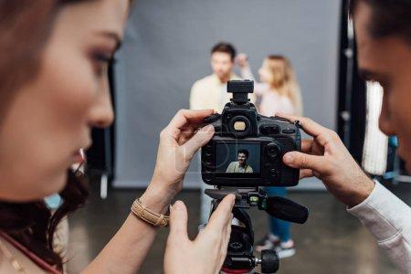 Photo pour Foyer sélectif de l'appareil photo numérique avec photo de beau modèle près du directeur artistique et photographe - image libre de droit