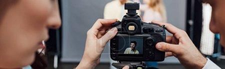 Photo pour Photo panoramique d'un appareil photo numérique avec photo d'un beau modèle près du directeur artistique et photographe - image libre de droit