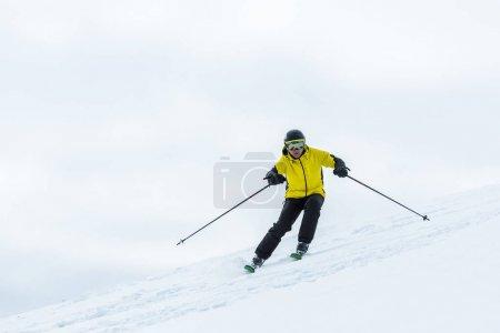 Photo pour Skieur tenant des bâtons de ski et sportif en hiver - image libre de droit