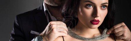 Photo pour Photo panoramique de l'homme portant un collier sur sa petite amie le jour des valentins, isolé sur gris - image libre de droit