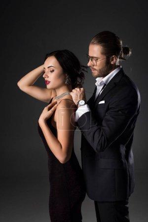 Photo pour Jeune homme portant un collier sur sa jolie petite amie le jour de la fête de la Saint-Valentin, isolé sur - image libre de droit