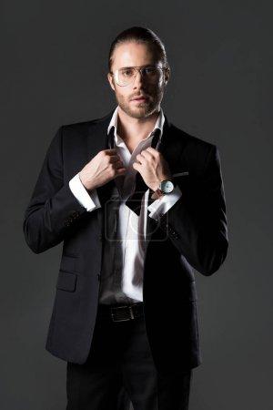 Photo pour Beau homme en costume et cravate arc isolé sur gris - image libre de droit