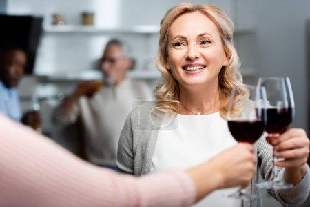 Photo pour Crocheté vue d'une femme claironnant avec une amie souriante et séduisante - image libre de droit