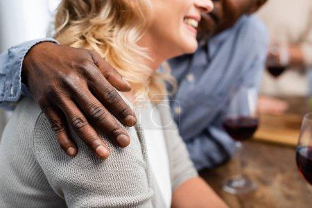 Photo pour Crochet vue d'un Africain américain embrassant son ami souriant - image libre de droit