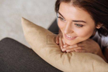 Photo pour Vue aérienne de fille rêvant et touchant oreiller - image libre de droit