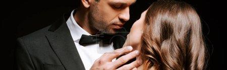 Photo pour Photo panoramique d'un bel homme touchant une femme isolée sur un noir - image libre de droit