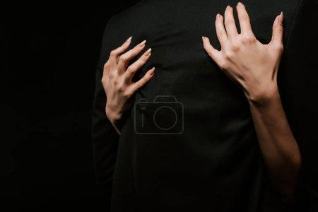 Photo pour Vue recadrée de femme étreignant petit ami isolé sur noir - image libre de droit