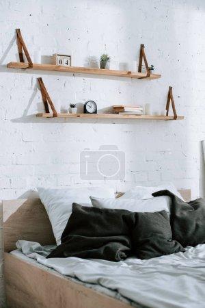 Photo pour Gris oreillers sur le lit dans la chambre à coucher moderne - image libre de droit