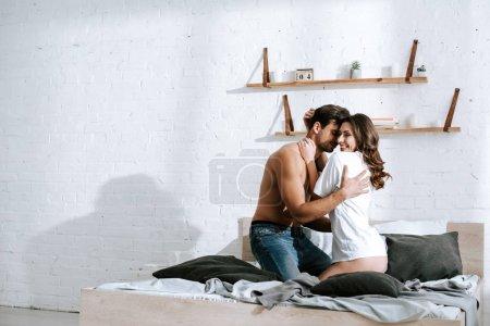Photo pour Homme musculaire serrant sa petite amie dans sa chambre - image libre de droit