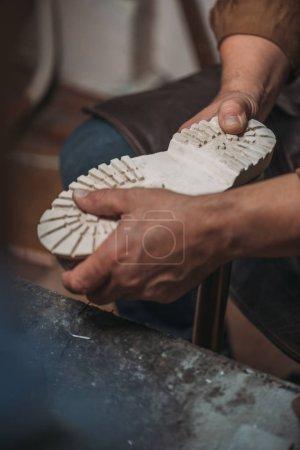 Photo pour Vue partielle de la semelle de fixation du cordonnier à démarrer en atelier - image libre de droit