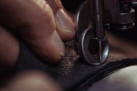 Photo pour Vue de près du cordonnier couture cuir authentique sur machine à coudre - image libre de droit