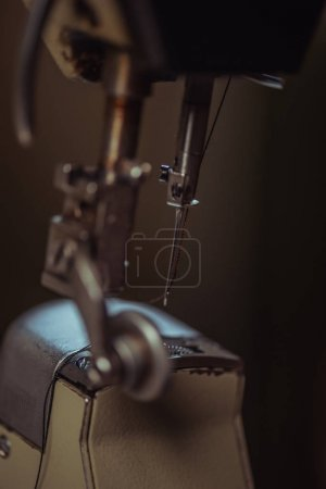 Photo pour Mise au point sélective de l'aiguille de la machine à coudre en atelier - image libre de droit