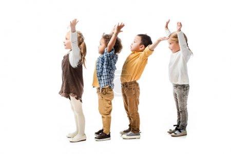 Foto de Nià ± os multiétnicos lindos jugando con manos aisladas sobre blanco - Imagen libre de derechos