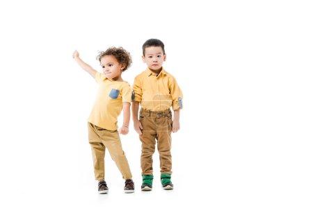 Photo pour Petits garçons multiethniques debout ensemble isolé sur blanc - image libre de droit
