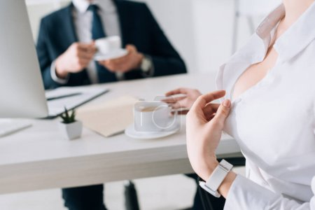 Photo pour Vue recadrée de secrétaire sexy avec gros sein séduire homme d'affaires au bureau - image libre de droit