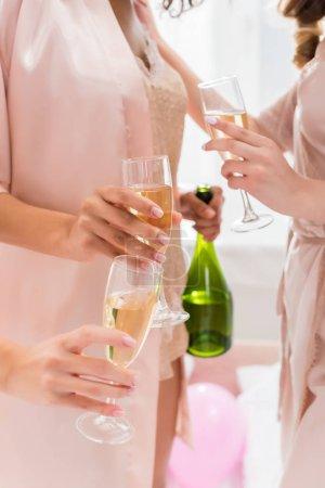 Foto de Vistas de chicas con gafas y botella de champán en la fiesta de bachelorette. - Imagen libre de derechos