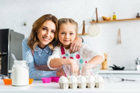Mutter und Tochter bereiten Teig für Cupcakes in der Küche vor