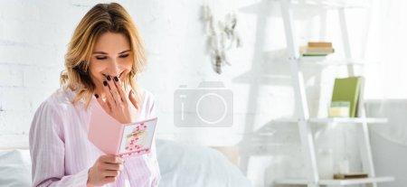 Photo pour Photo panoramique d'une femme souriante regardant la carte dans la journée internationale de la femme - image libre de droit
